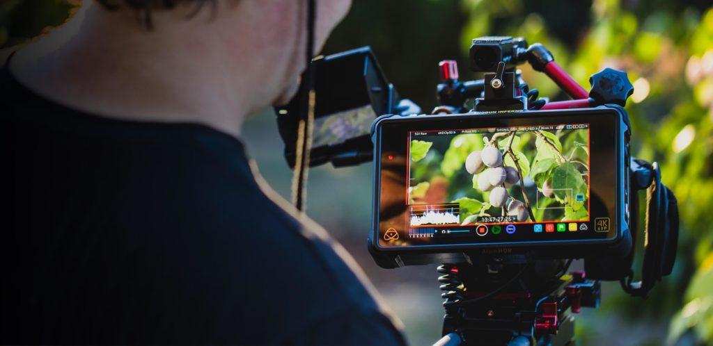 El panel de 10-bit permite mostrar más colores (1070 millones de colores frente a los 16,7 millones de un panel de 8-bit estándar) ue aseguran transiciones de color suaves en tomas tanto de Alto Rango Dinámico (HDR) como de rango dinámico estándar (SDR). Los 1500NIT del panel acercan el HDR a la vida real, acentuando las escenas de alto contraste. Con las escenas SDR, puedes usar el deslizador de brillo para aprovechar los 1500NIT de la pantalla para monitorizar en exteriores sin necesidad de visera o parasol.